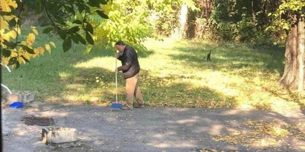 Poză rară! Tudor Pendiuc curăță frunze în folosul comunității!