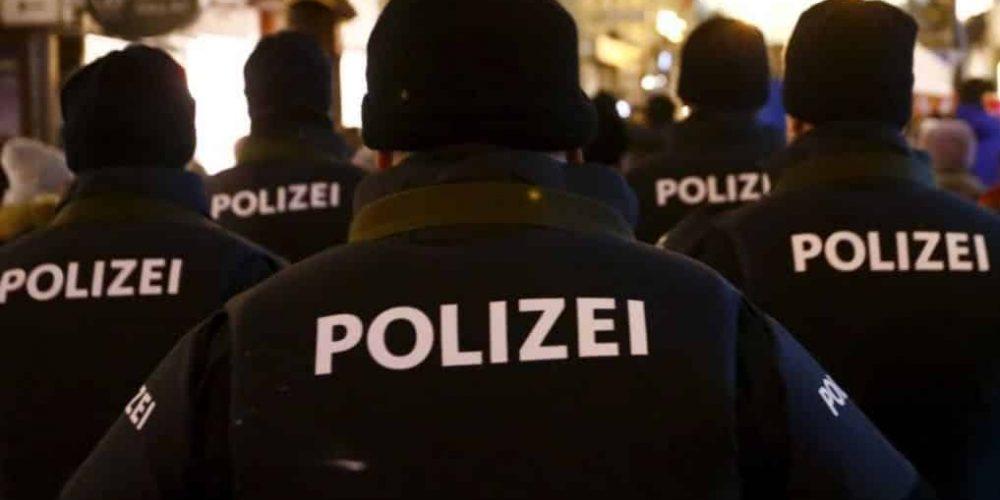 Atac terorist în Viena! Primele imagini cu atacatorul în plină acțiune!