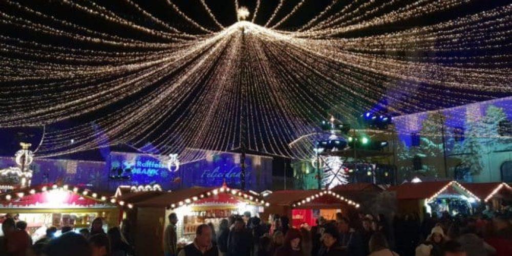(VIDEO) S-au aprins luminile de Crăciun! Mii de lumini creează o atmosferă de poveste!